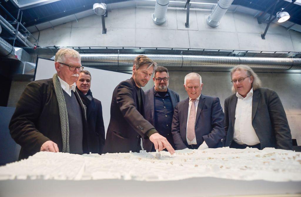 Baubürgermeister Pätzold und OB Kuhn (v.r.) schauen sich das Modell des möglichen Rosensteinviertels an. Ob das realisiert wird, wird wieder vermehr in Frage gestellt. Foto: