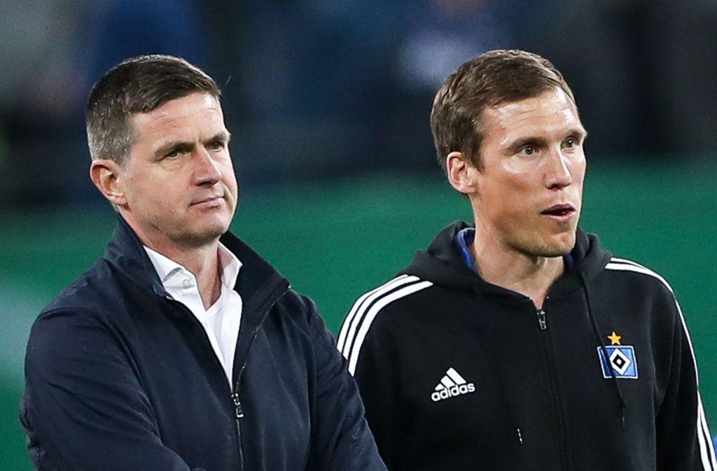 HSV-Sportchef Ralf Becker (links) entlässt seinen Trainer Hannes Wolf ziemlich stillos. Foto: dpa