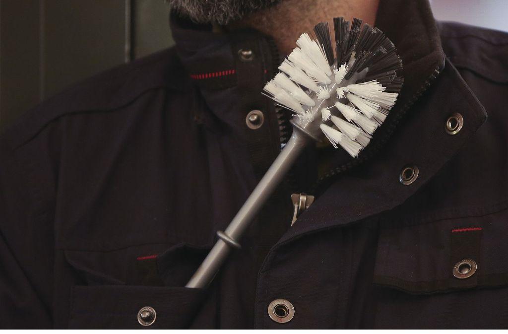 Ein Mann, der 1600 Euro verloren hatte, griff zu einer ungewöhnlichen Waffe zu seiner Verteidigung: einer Klobürste. Foto: dpa