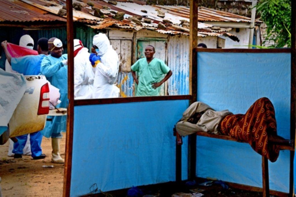 Eine mit Ebola infizierte Frau wartet darauf, in eine Isolierstation gebracht zu werden. Foto:AFP Foto: