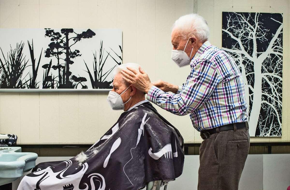 Seit gut 60 Jahren kriegt Heinz Küstner von Rudi Baier die Haare geschnitten. Foto: Thomas Bernhardt