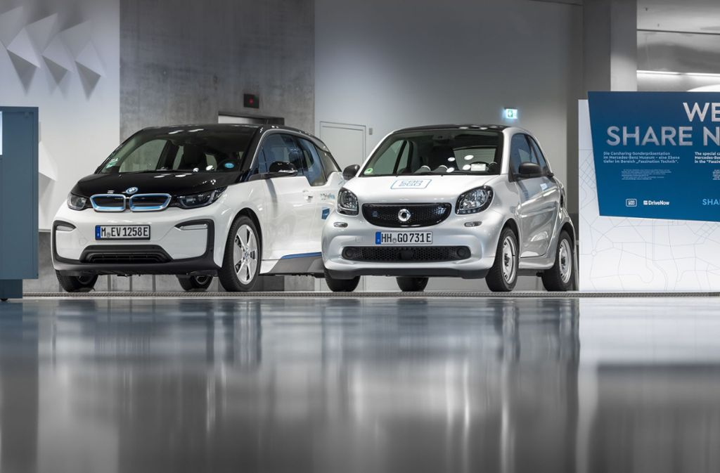 Der erste BMW im  Mercedes-Museum: Das Elektroauto i3 (links) macht gemeinsam mit einem Smart auf eine Sonderausstellung zum Carsharing aufmerksam. Foto: Share now Foto: