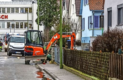 Bagger gräbt Gasleitung im Garten an