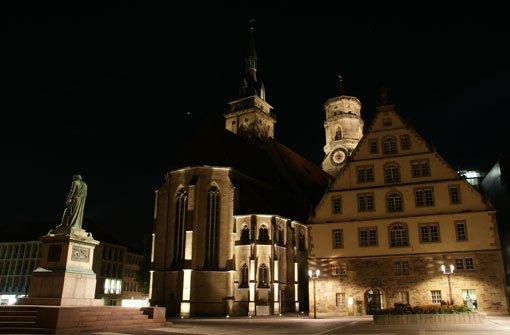 Stuttgart bei Nacht - ein erhabener Anblick: Der Schillerplatz mit Stiftskirche und Fruchtkasten. Foto: Leserfotograf mrdeifel