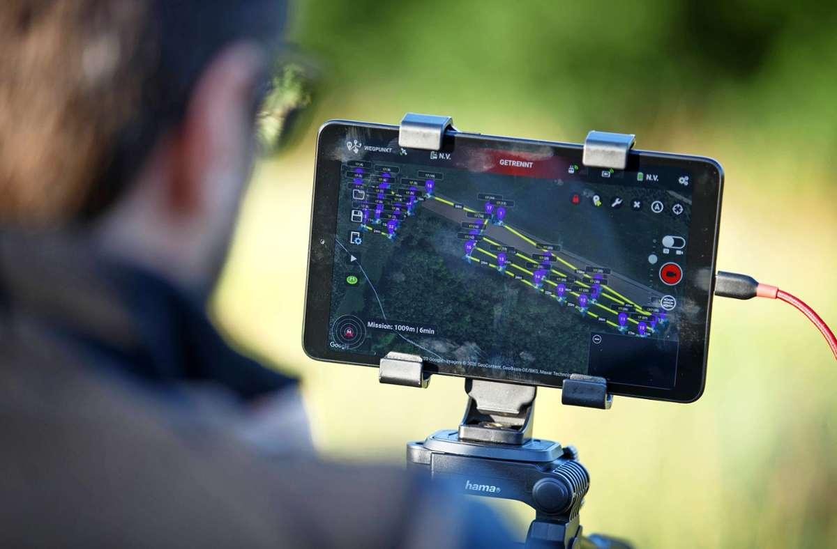 Die Drohnen fliegen Wiesen ab und suchen per Wärmebildkamera nach versteckten Rehkitzen. Diese werden dann in Sicherheit gebracht. Foto: Gottfried Stoppel/Archiv, Flugmodus BK