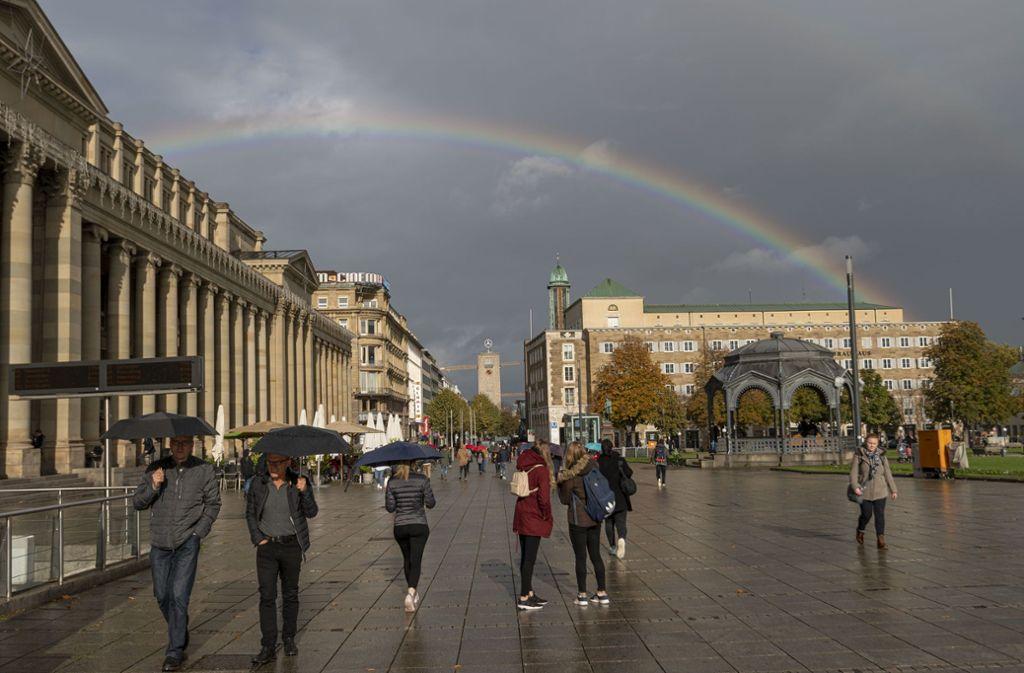 Das Wetter soll am Wochenende wechselhaft bleiben, Regenbögen wie hier über dem Schlossplatz in Stuttgart nicht auszuschließen. Foto: Leif Piechowski/Leif Piechowski
