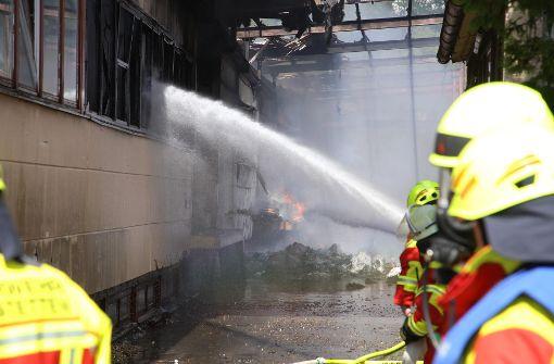 Firmengebäude steht in Flammen