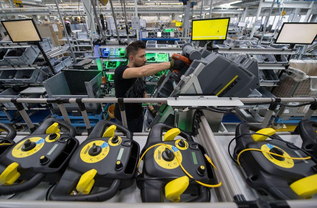 Die Mitarbeiter von Kärcher in Winnenden haben auch in diesem Jahr wieder neue Kollegen bekommen. Unser Bild zeigt die Montage von Reinigungsgeräten. Foto: dpa/Marijan Murat