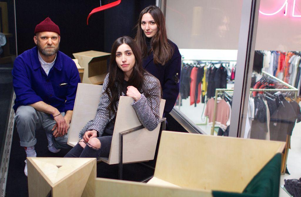 Geschwisterliebe meets Art: Frank Zentler freut sich über die Arbeiten der HfT-Studenten im Schaufenster seines Shops, u.a. von Harika Soytekin (Mitte) und Carolina Kern (rechts). Foto: Tanja Simoncev