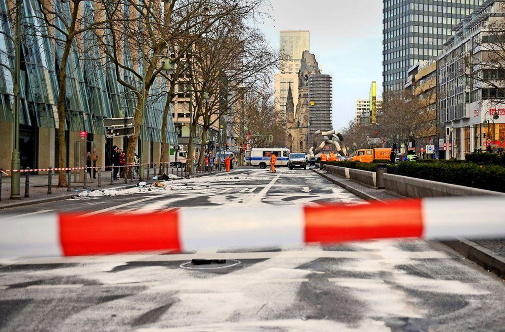 Unser Foto zeigt die gesperrte Tauentzienstraße in Berlin nach dem illegalen Autorennen. Foto: dpa