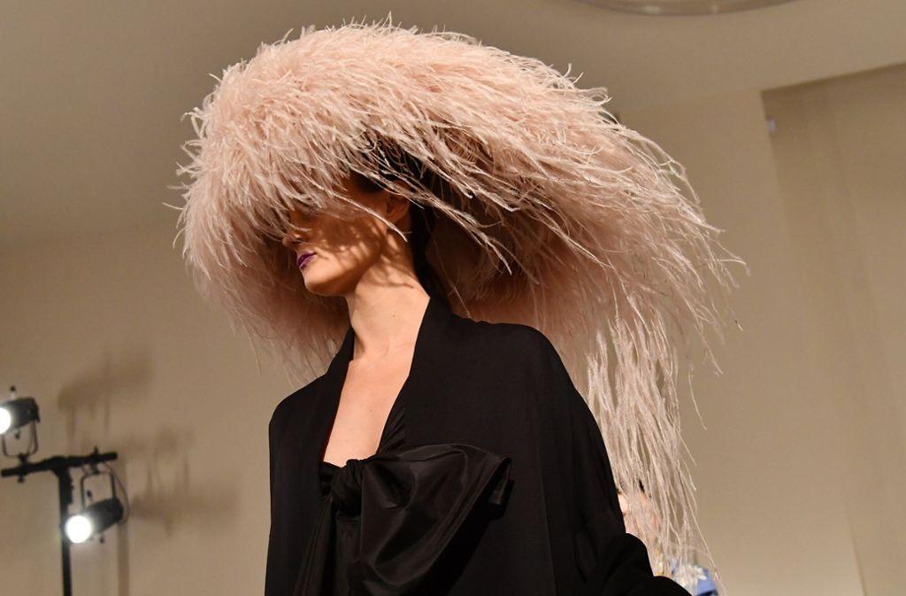 Federleicht: Valentino zeigte Hüte aus Federn. Foto: Getty Images Europe