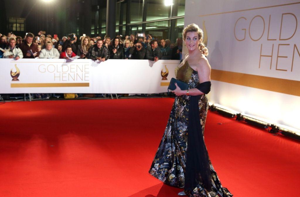 Schauspielerin Alexa Maria Surholt posiert mit edler goldener Corsage.  Foto: dpa-Zentralbild