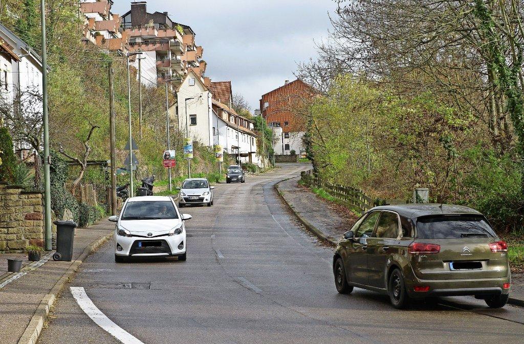 Auf der holprigen Straße Am Schlossberg rollen wohl schon  im Frühsommer  2017 die Bagger an. Foto: factum/Bach