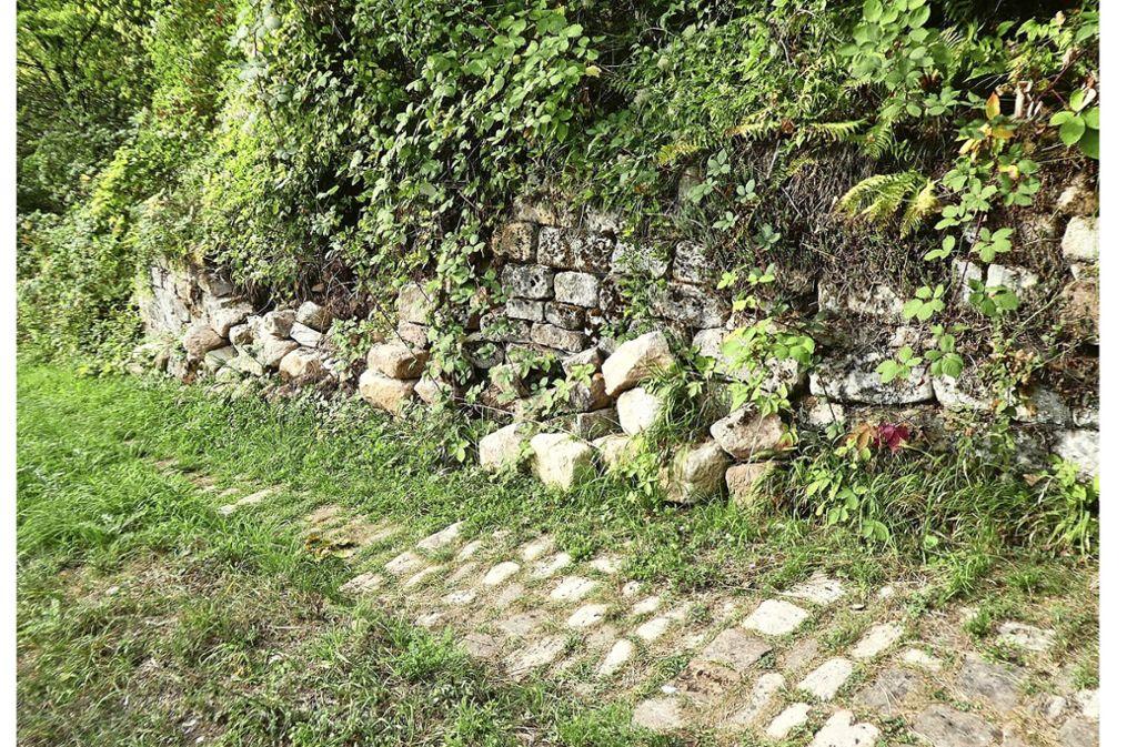 """An der """"Krummen Steige"""" ist eine Trockenmauer eingestürzt. Foto: (z)"""