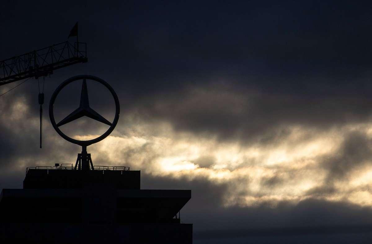 Götterdämmerung über der Stuttgarter Daimler-Konzernzentrale: Im Werk Untertürkheim sollen Arbeitsplätze abgebaut werden und zugleich neue im Sektor E-Mobilität entstehen. Im Gemeinderat ist die Konzernstrategie umstritten. Foto: dpa/Sebastian Gollnow