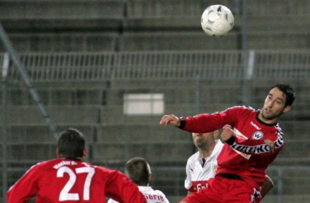 Marco Calamita (beim Kopfball) geht ab sofort für die Stuttgarter Kickers auf Torejagd. Foto: Pressefoto Baumann