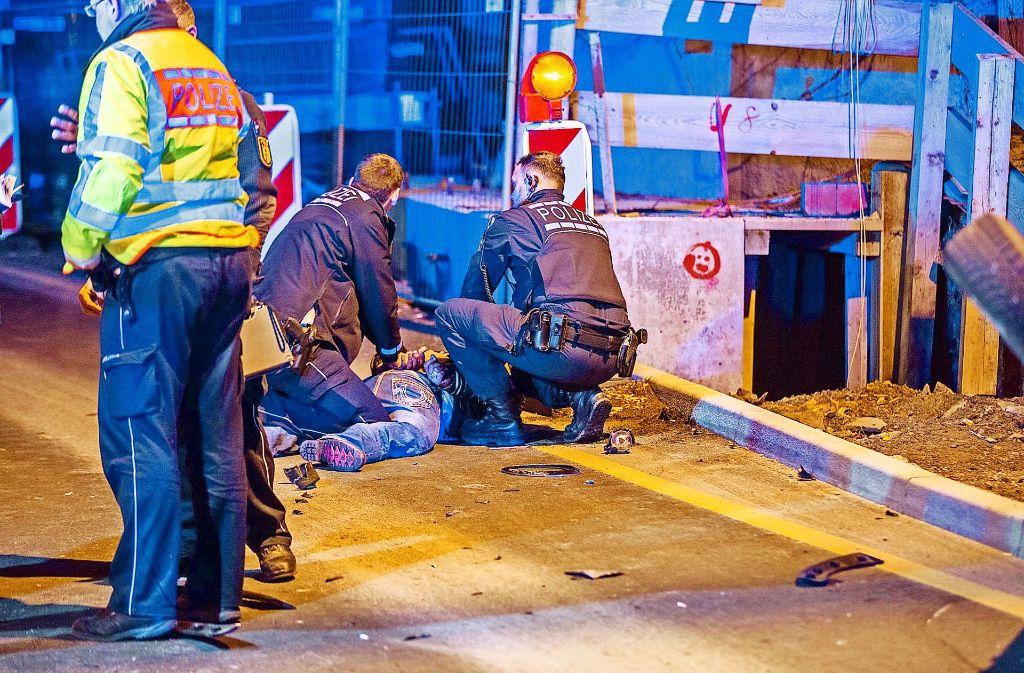Dieser Szene soll der tätliche Übergriff der Beamten gegen den 35-jährigen Mann vorausgegangen sein, der am Boden liegt. Foto: