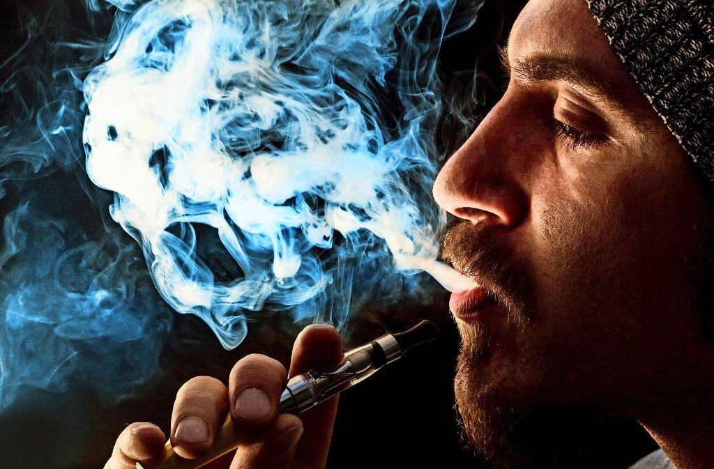 Am besten, man raucht überhaupt nicht. Wenn es denn sein muss, scheinen E-Zigaretten etwas weniger schädlich zu sein als herkömmliche Rauchwaren.Foto:Fotolia/Ezume Images Foto: