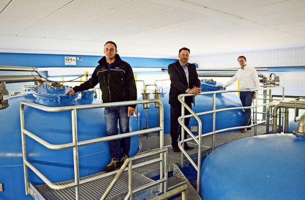 Über die Inbetriebnahme der Todtsburgquelle freuen sich (von links) Wassermeister Steffen Ruhland, Bernd Schaefer und Thomas Eppler. Foto: Sabine Graser-Kühnle Foto: