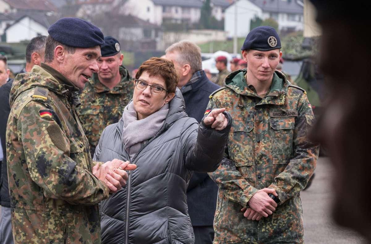 Verteidigungsministerin Kramp-Karrenbauer mit Soldaten der Bundeswehr Foto: dpa/Oliver Dietze