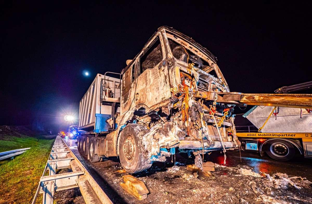 Das Führerhaus des Lkw war komplett ausgebrannt. Foto: 7aktuell.de/Alexander Hald