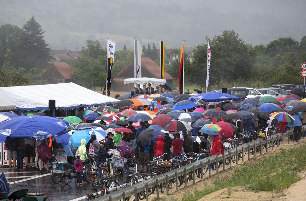 Bei der Eröffnung der neuen B 10 bis Gingen-Ost stand die Festgemeinde im Regen. Was den Weiterbau bis hinter Geislingen angeht, will niemand im Regen stehen bleiben. Foto: Horst Rudel