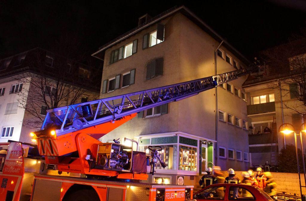Die Feuerwehr kam den Bewohnern mit Drehleitern zur Hilfe. Foto: Andreas Rosar Fotoagentur-Stuttgart