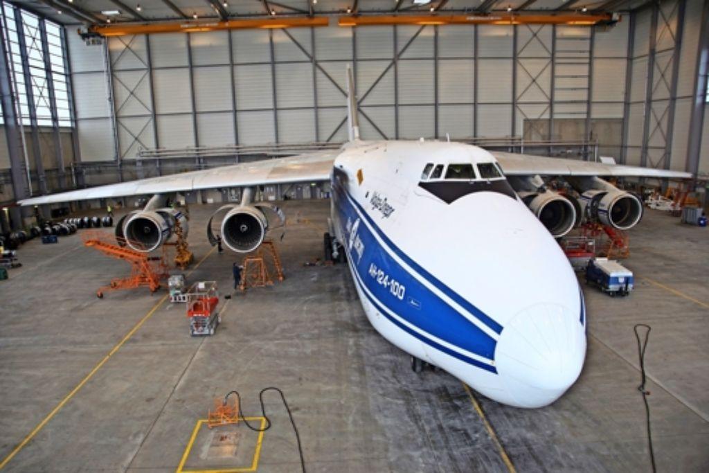 Die Antonov 124-100 mit ihren mehr als 70 Meter Spannweite belegt einen Hangar, in den vier Airbus 320 passen würden. Foto: Lachmann