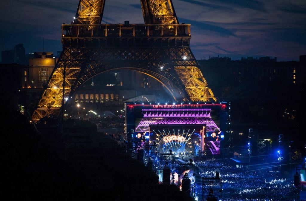 DJ David Guetta hat die Fanmeile am Eifelturm eröffnet. Foto: dpa