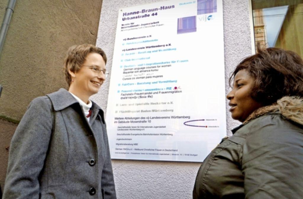 Doris Köhncke (links), die Leiterin des Stuttgarter Fraueninformationszentrums (FIZ), berät viele afrikanische Menschenhandelsopfer wie Victoria Olegbe. Foto: Schiermeyer