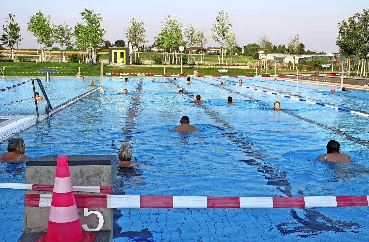 Fein raus sind die Frühschwimmer, sie haben viel Freiraum im Becken. Foto: Brigitte Hess