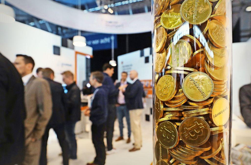 Eigentlich gibt es gar keine Bitcoins zum Anfassen. Diese Exemplare auf der Invest sind aus Schokolade. Foto: Messe Stuttgart