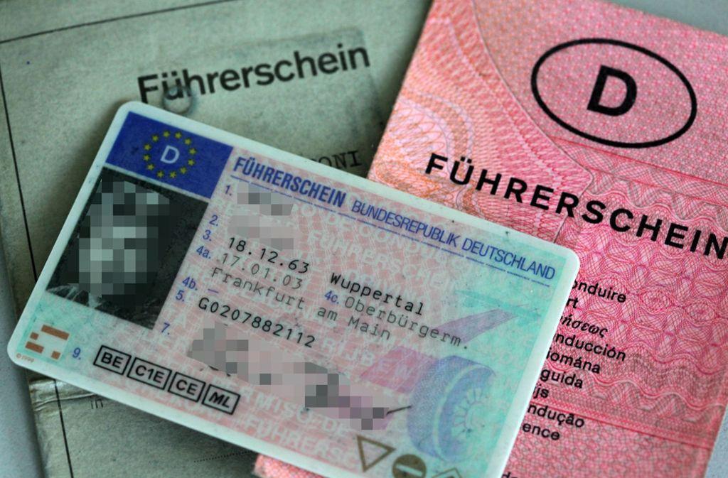 Der Führerschein aus Papier muss der Plastikvariante weichen. Foto: dpa