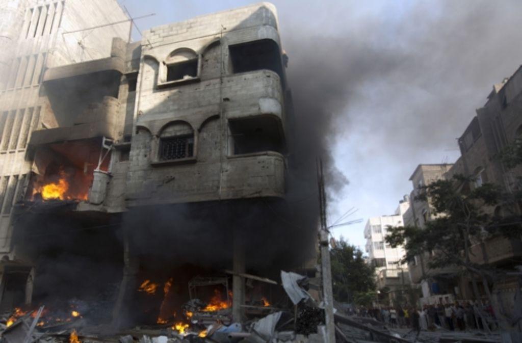 Nach einem israelischen Luftangriff  geht ein Haus in Gaza in Flammen auf. Foto: AFP