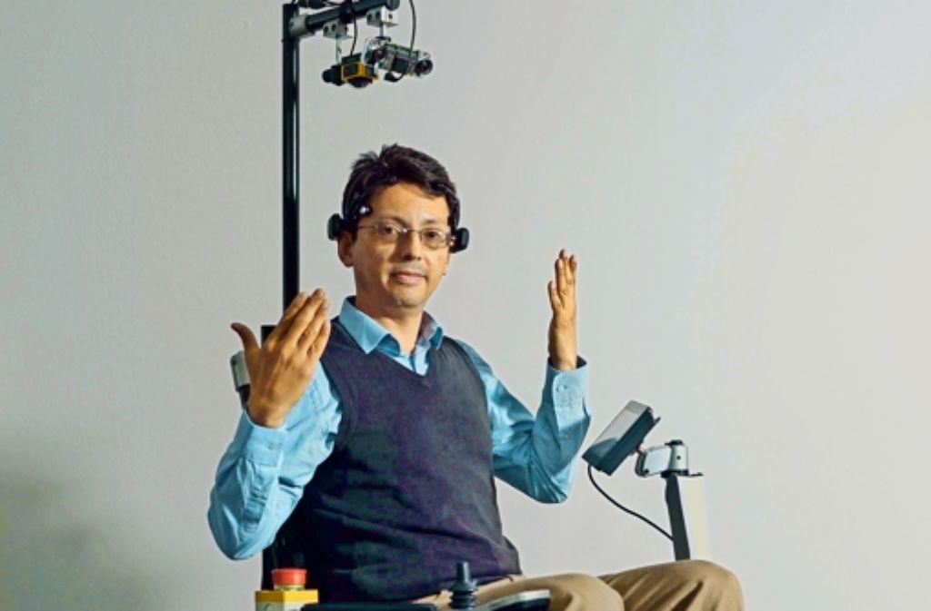 Der Forscher Adalberto Llarena denkt, der Rollstuhl gehorcht – meistens. Die nötigeKonzentration strengt an. Foto: Markus Wächter