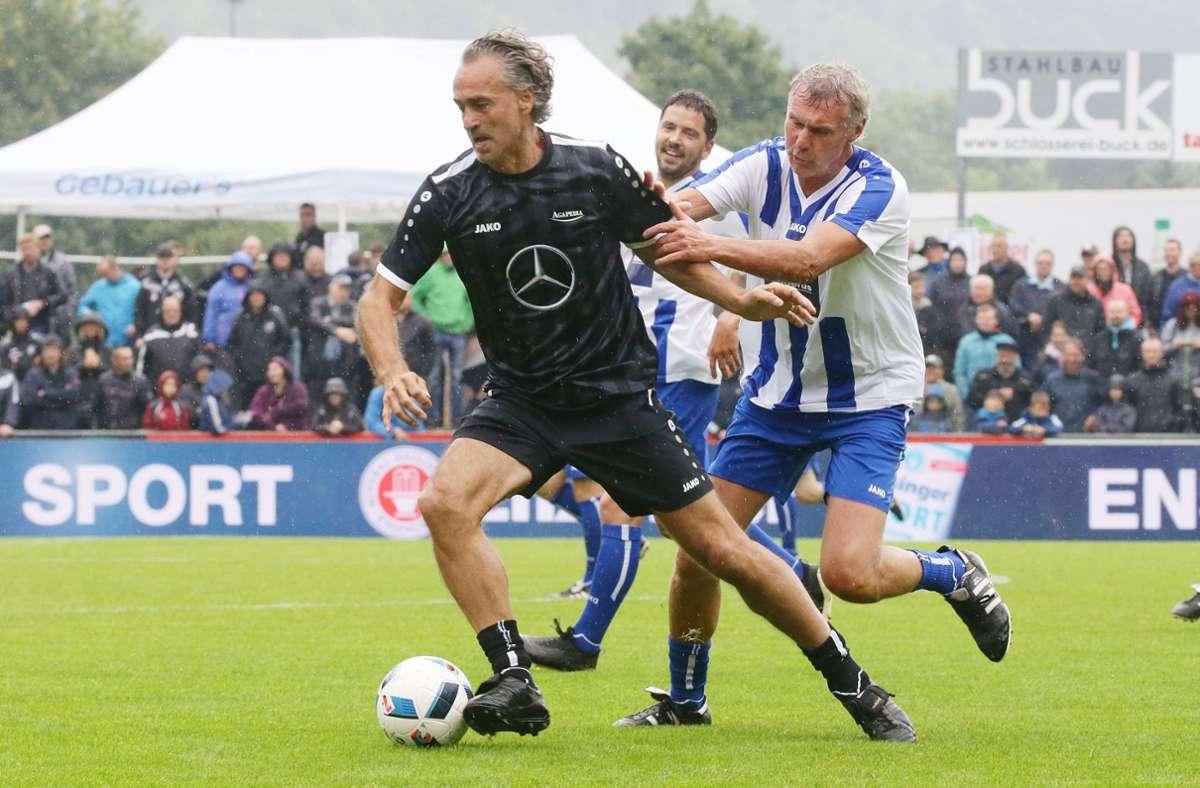 Der einstige VfB-Profi Maurizio Gaudino (li.) bei einem Benefiz-Spiel im vergangenen Jahr – an ihm klebt Rudi Bommer. Foto: Baumann/Hansjürgen Britsch