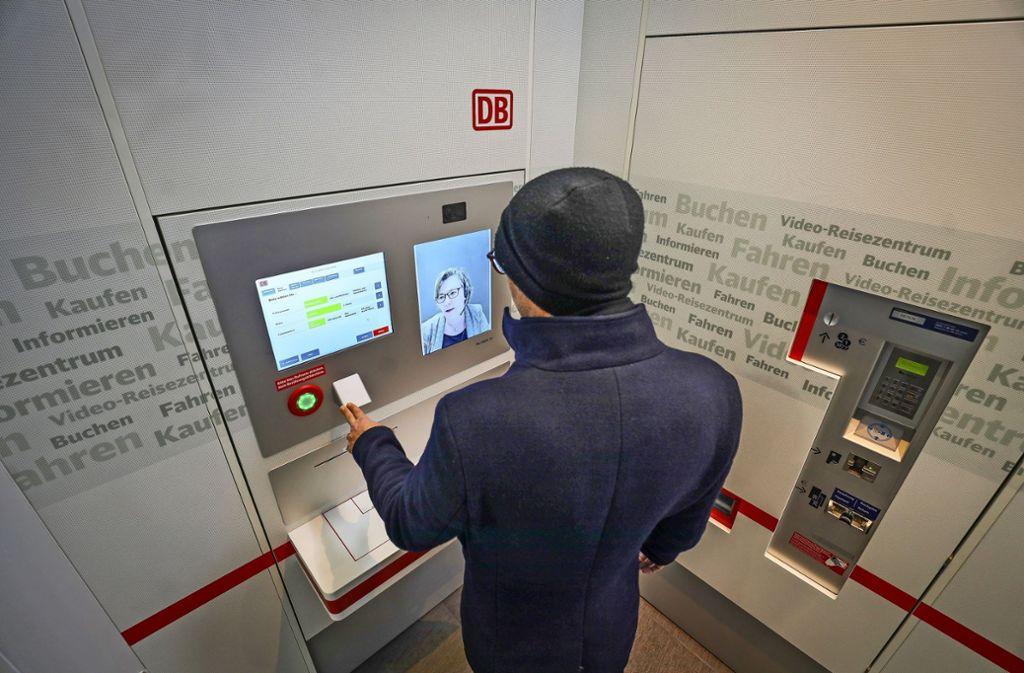 Ein Kunde bei der Videoberatung in Ludwigsburg Foto: factum/Simon Granville