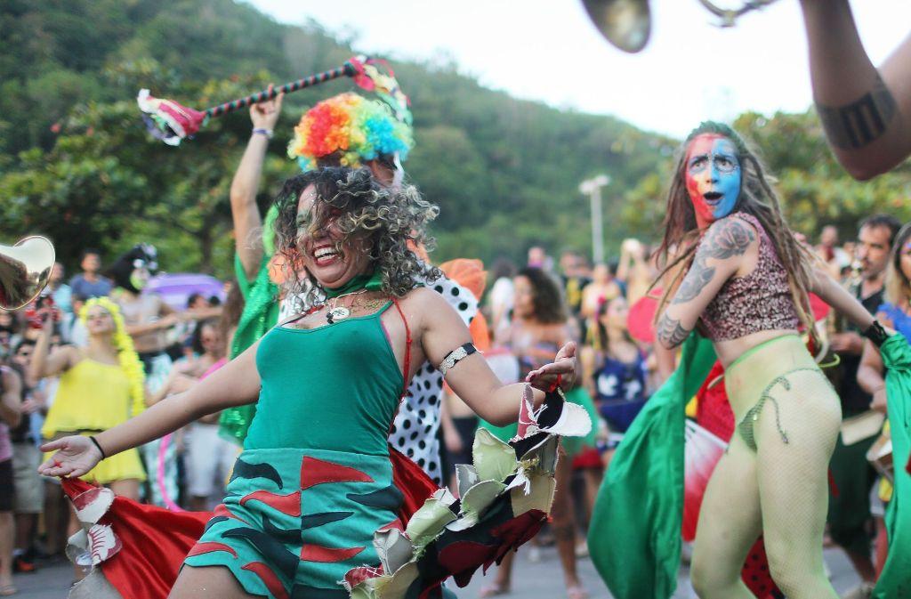 Die Musiker feiern und musizieren für umme mitten unter den anderen Festivalteilnehmern, die ausgelassen tanzen. Foto: Getty Images South America