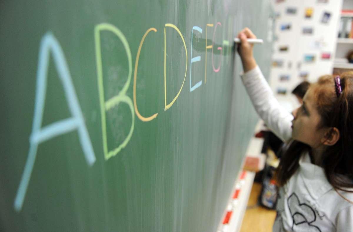 In vielen Familien wird zuhause kaum Deutsch gesprochen – erst in der Schule setzen sich die Kinder damit stärker auseinander. (Symbolbild) Foto: dpa/Daniel Reinhardt