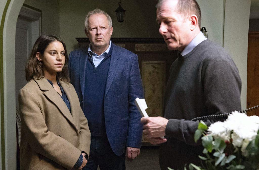 Sie sehen nicht so aus, als wollten sie seinetwegen in die Kirche eintreten: Sahin (Almila Bagriacik) und Borowski (Axel Milberg) mit Pastor Flemming (Martin Lindow, re.). Foto: NDR/Sandra Hoever