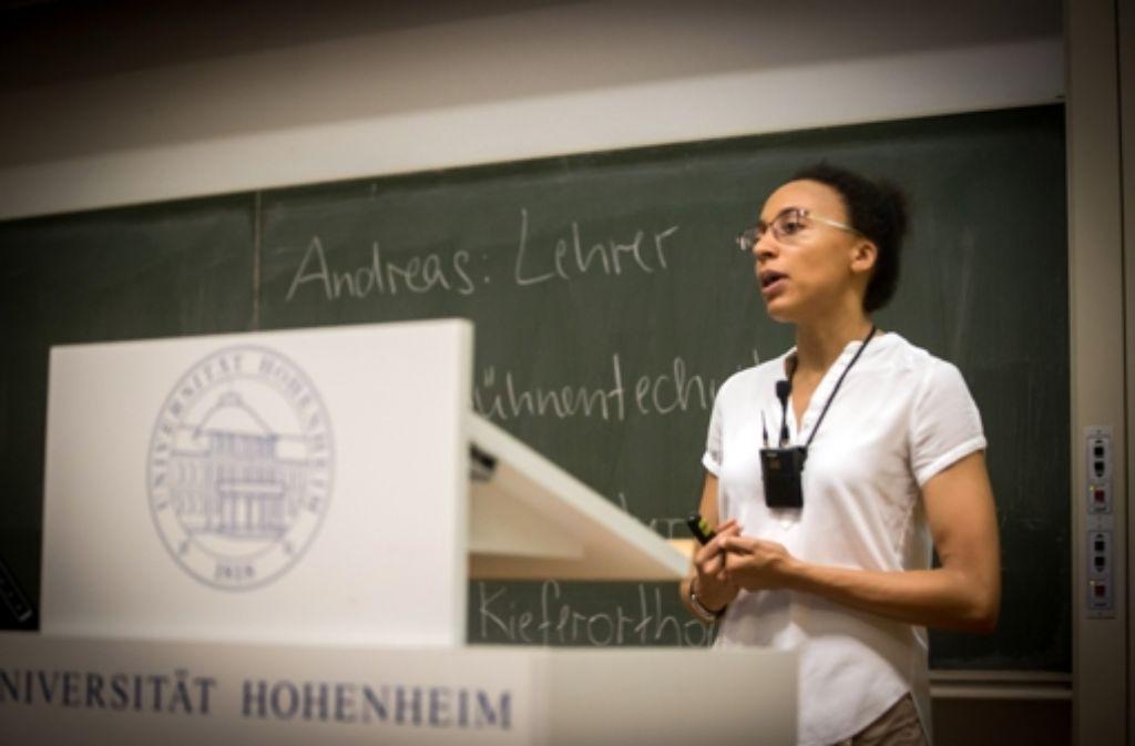 Warum Frauen manchmal weniger verdienen als Männer, obwohl sie die gleiche Arbeit machen, das hat Professorin Aderonke Osikominu am Samstag bei der Kinder-Uni in Hohenheim erklärt. Weitere Bilder zeigt die folgende Fotostrecke. Foto: Zweygarth