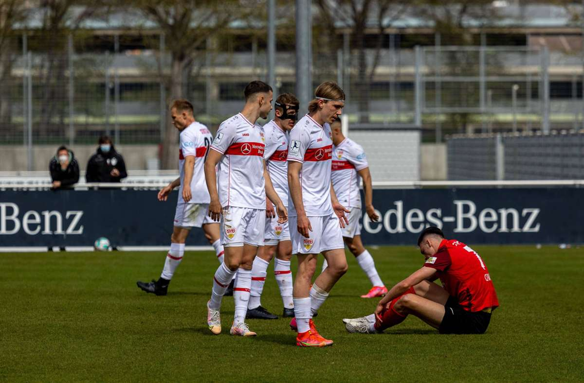 Hängende Köpfe bei den Spielern des VfB Stuttgart II. Foto: imago images/Eibner