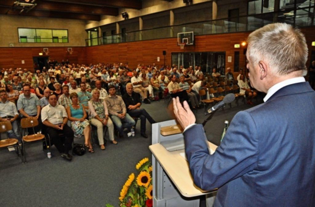 Fritz Kuhn hört sich die Probleme und Anregungen der Münstermer an. Foto: Georg Linsenmann