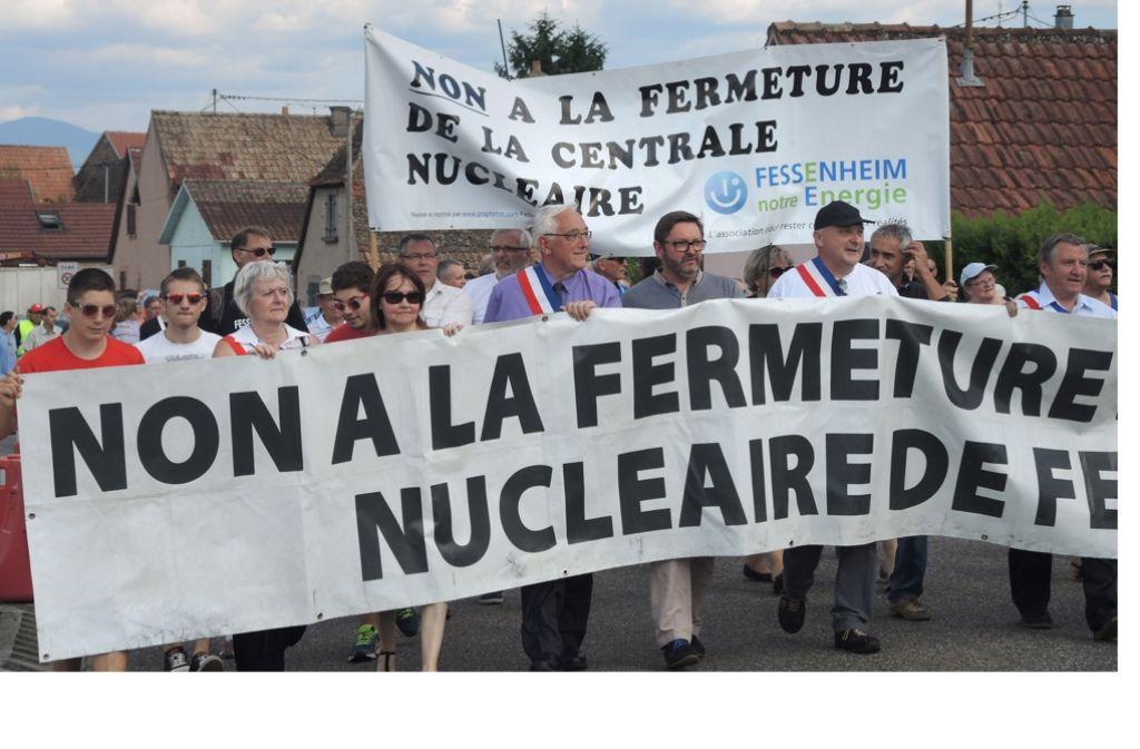 """Gegner und Befürworter des Akw demonstrieren in Fessenheim. Auf dem Transparent dieser Befürworter steht: """"Nein zur Schließung des Kernkraftwerks Fessenheim"""". Foto:"""