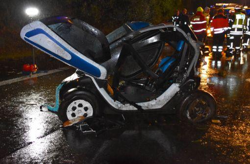 Mann fällt nach Unfall aus Wagen und wird mehrmals überrollt