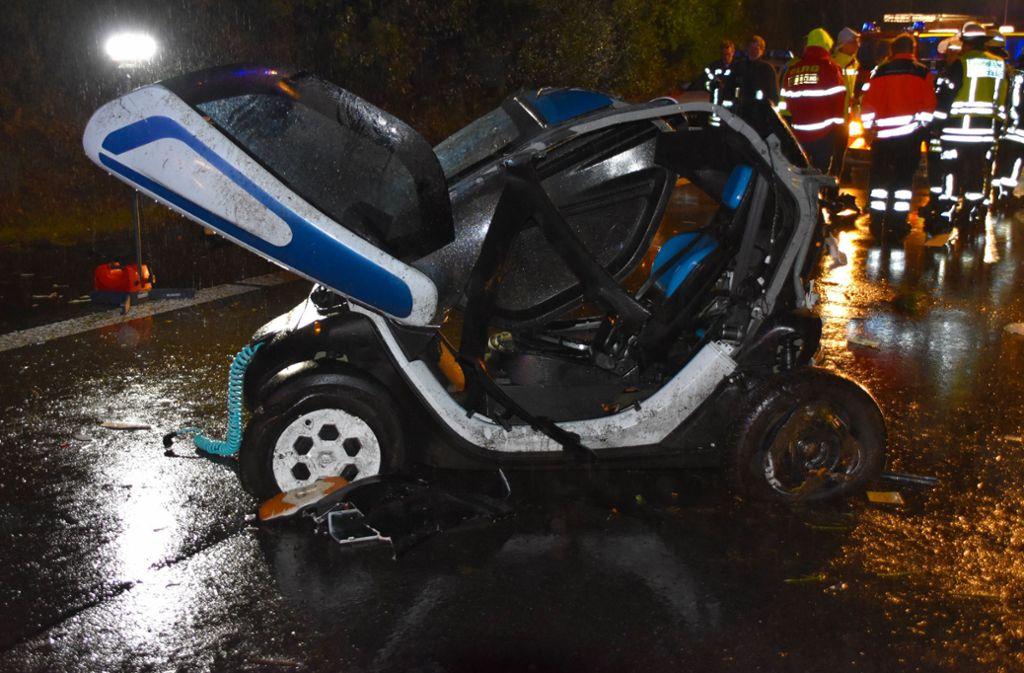 Bei dem Unfall wurde der  25-jährige Fahrer dieses Renault Twizy Elektroautos tödlich verletzt. Foto: /Einsatz-Report24/dpa
