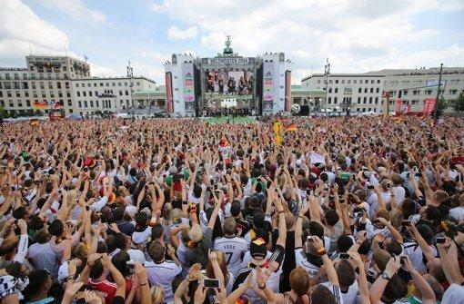 Kollektiver Deutschland-Jubel - ein echtes Schland-Gefühl.  Foto: dpa