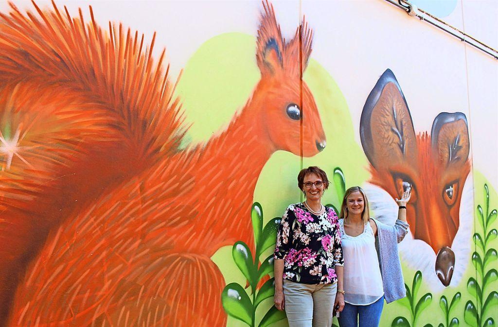 Stolz auf das neue Erscheinungsbild ihrer Schule: die Rektorin Annette Weber (li.) und Jana Rundel, eine der Kunstlehrerinnen an der Realschule. Foto: Caroline Holowiecki