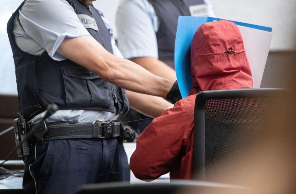 Der Angeklagte hat beim Erscheinen vor Gericht sein Gesicht vor der Öffentlichkeit verborgen. Foto: dpa/Marijan Murat