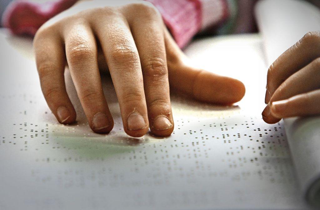 Der Kreis will Bescheide und Vordrucke bei Bedarf auch in Brailleschrift erstellen. Foto: dpa